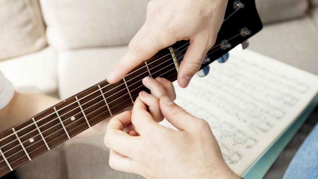 kids_guitar_hand